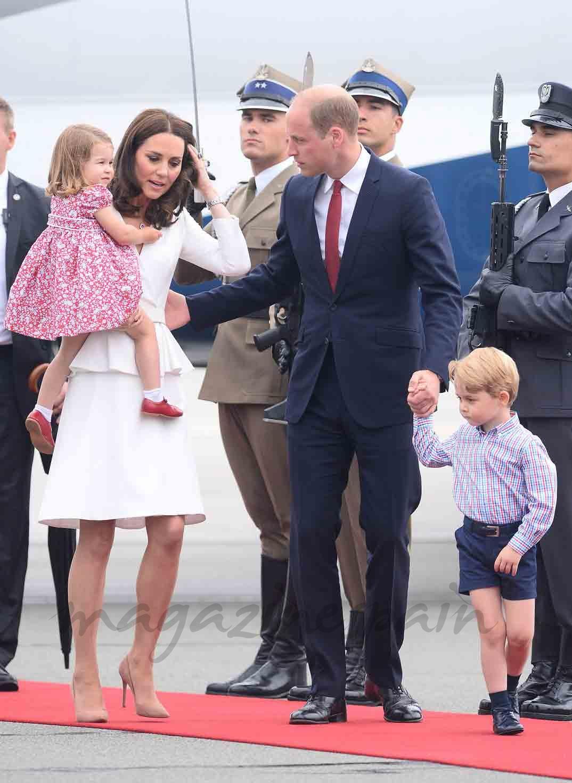 principes george y charlotte con sus padres en viaje oficial a polonia