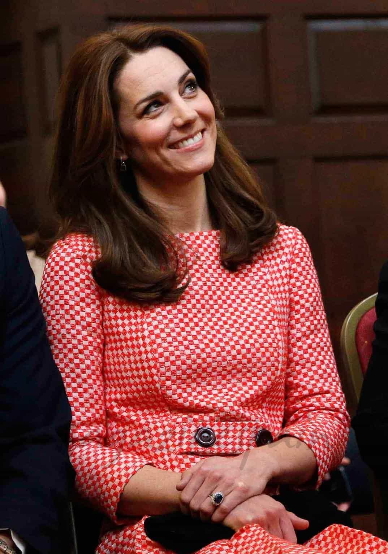 duquesa de cambridge ayuda a los jovenes