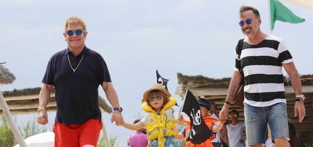 Elton John vacaciones en familia en Saint Tropez