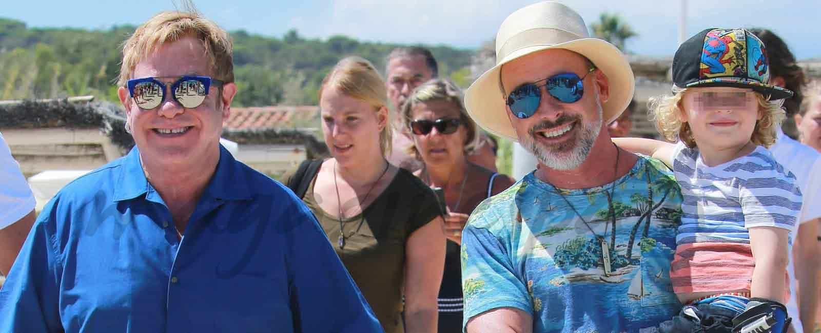 Elton John con su marido y sus hijos, vacaciones en Saint Tropez