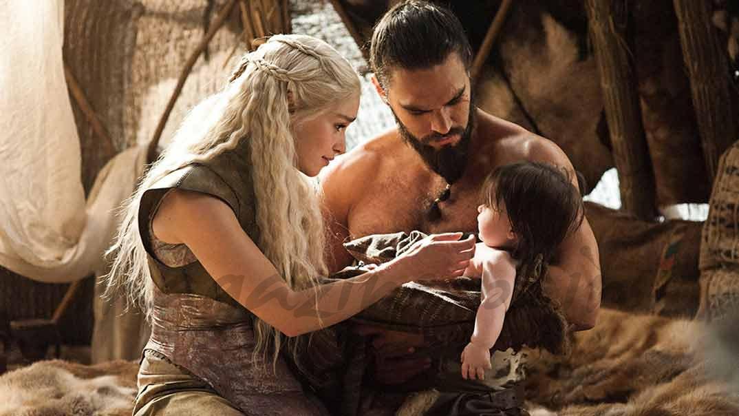 """Emilia Clarke y Jason Momoa en """"Juego de Tronos"""""""