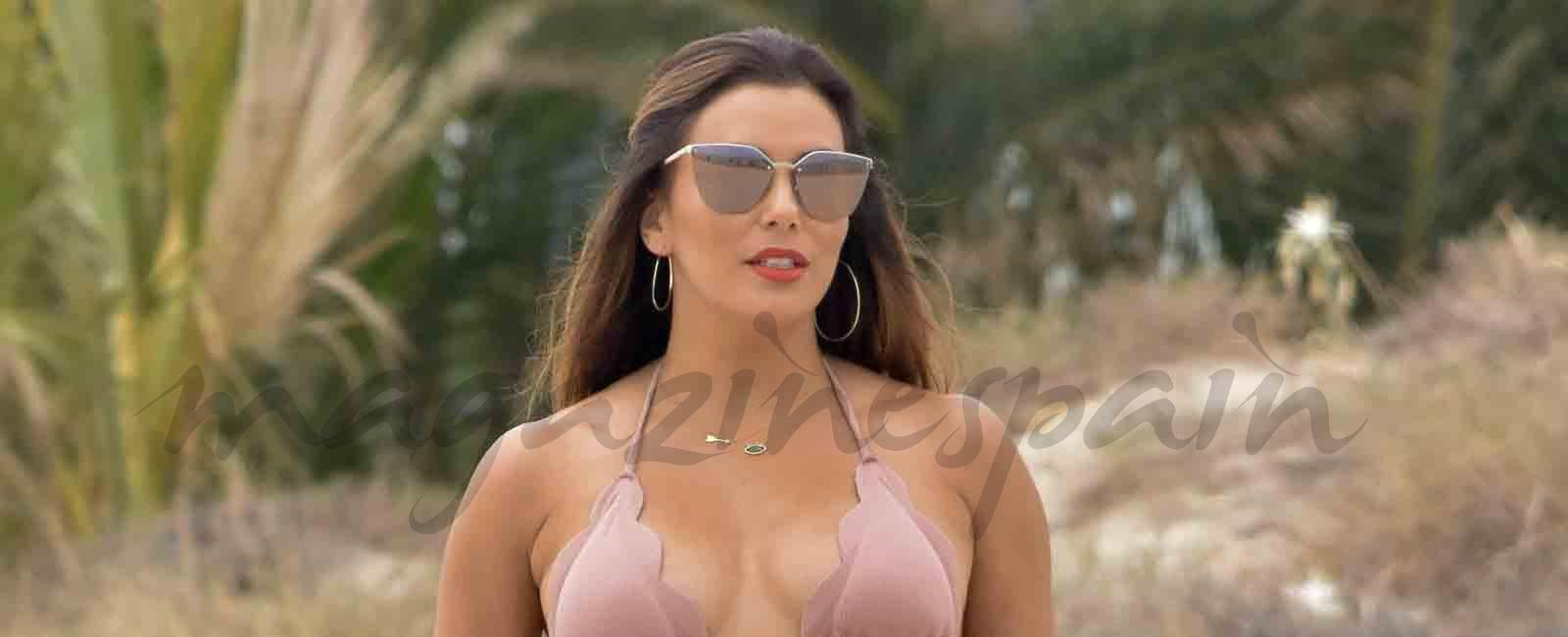 Eva Longoria baja a la playa con flotador