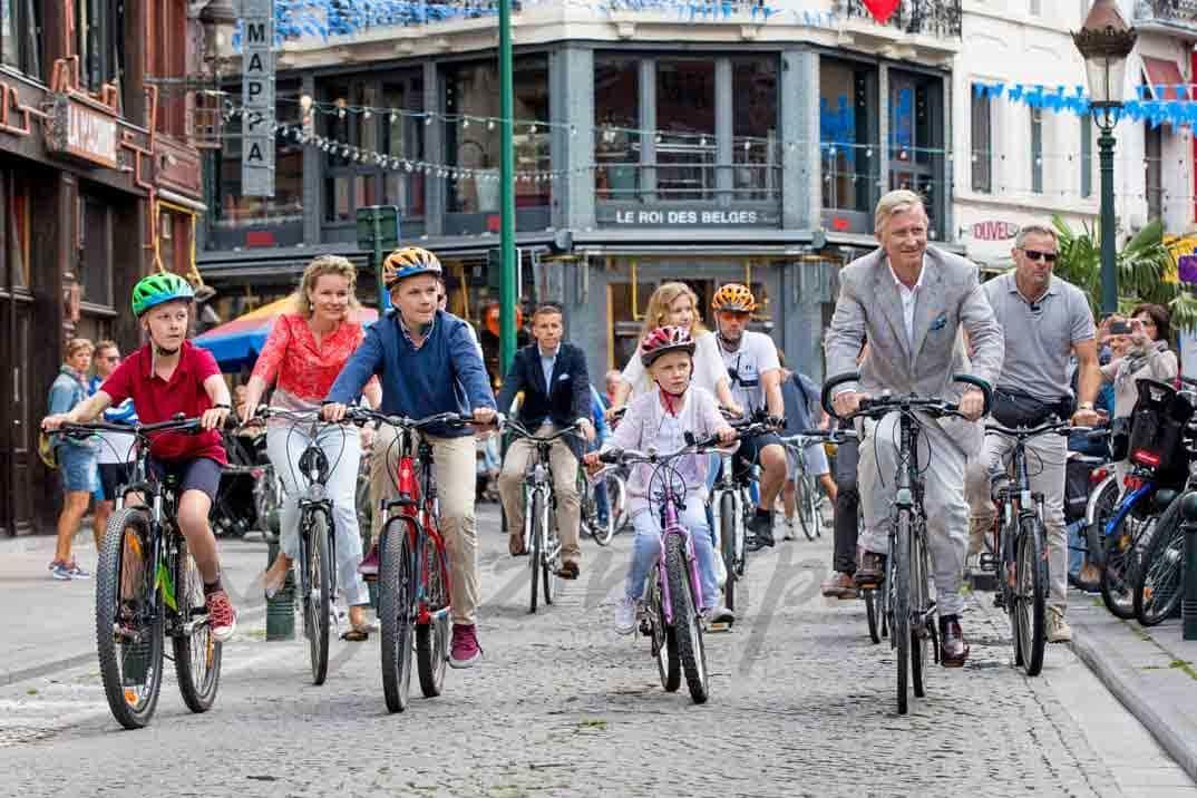 familia real belga paseo en bici por las calles de bruselas