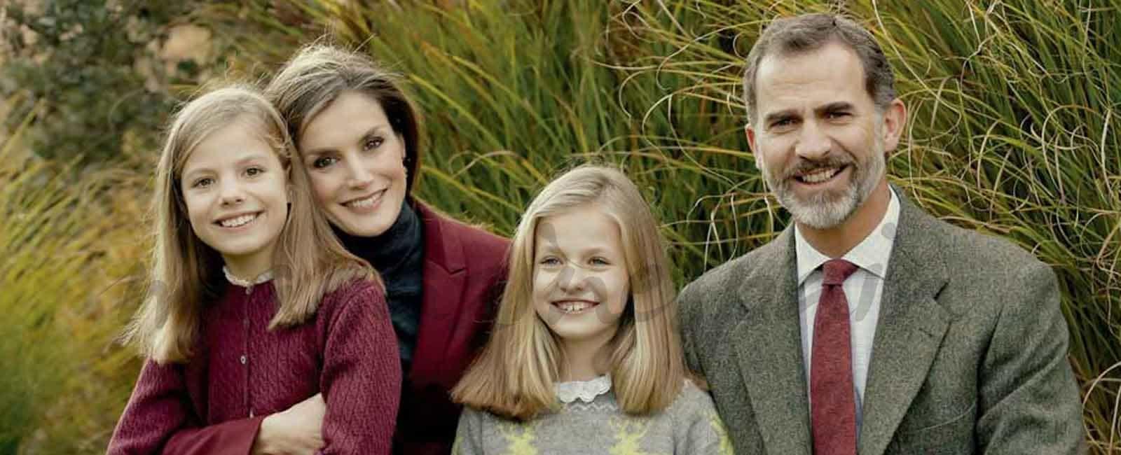 Los reyes Felipe y Letizia y sus hijas nos felicitan la Navidad