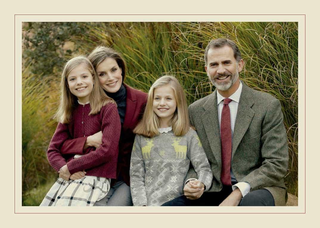 felipe y letizia con sus hijas nos felicitan la navidad