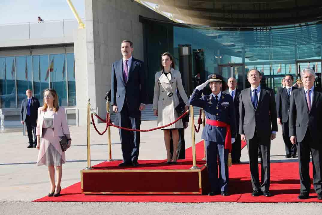 Sus Majestades los Reyes reciben honores en el Pabellón de Estado de la T-4 del Aeropuerto Adolfo Suárez Madrid-Barajas, antes de partir a Japón © Casa S.M. El Rey