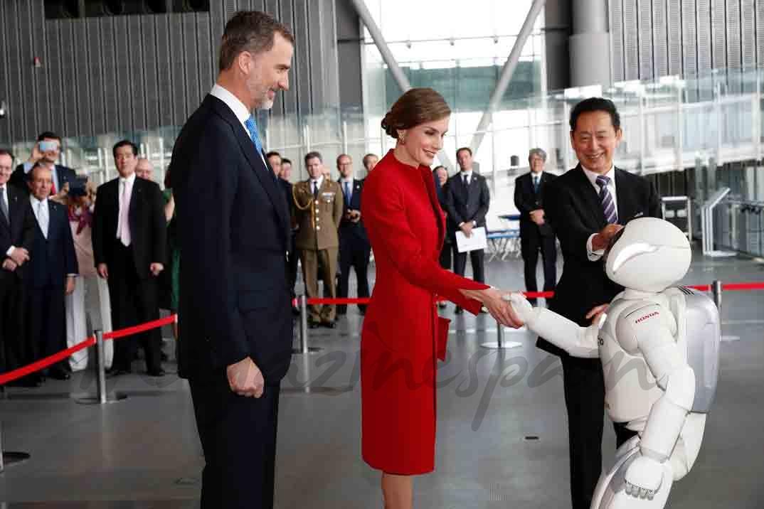felipe y letizia con robot en japon