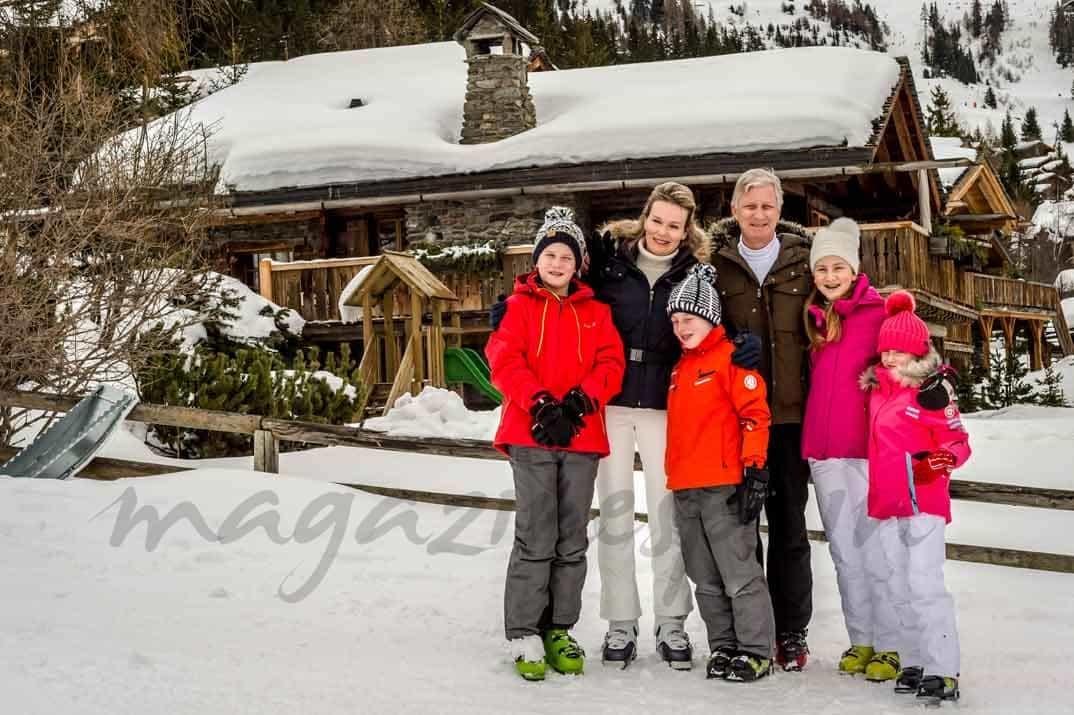 Felipe-y-matilde-de-belgica-con-sus-hijos esquiando en suiza