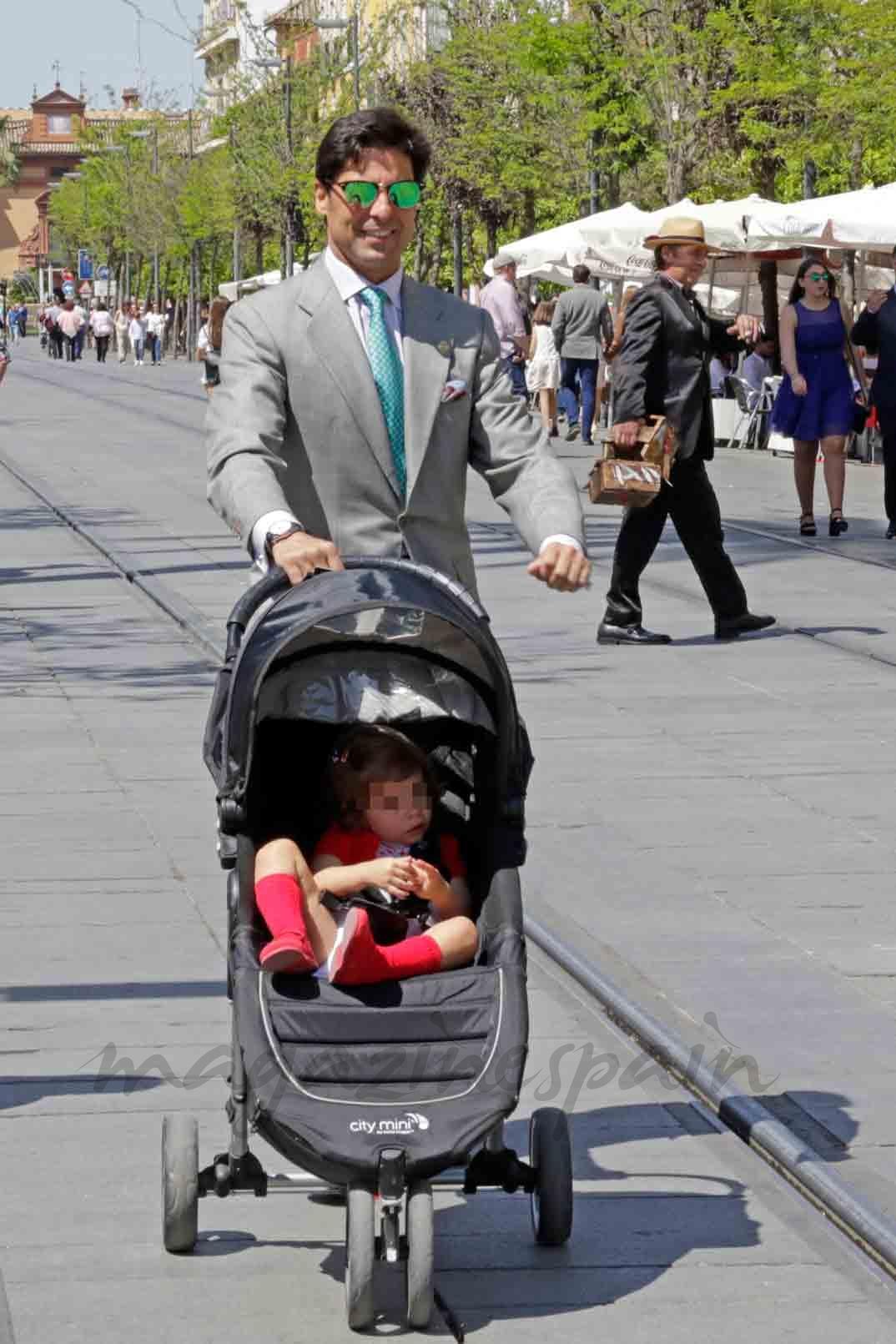 fran rivera con su hija en la semana santa de sevilla