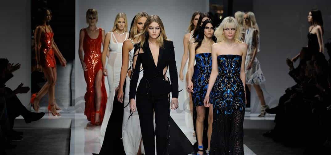 gigi-hadid-para-versace alta costus paris fashion week