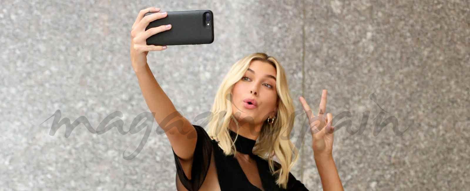 Hailey Baldwin, la modelo más sexy del mundo, nos enseña a posar para el selfie perfecto