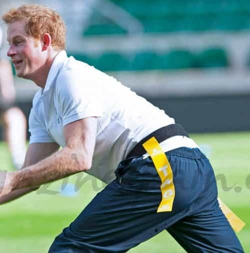 El príncipe Enrique se divierte jugando al rugby