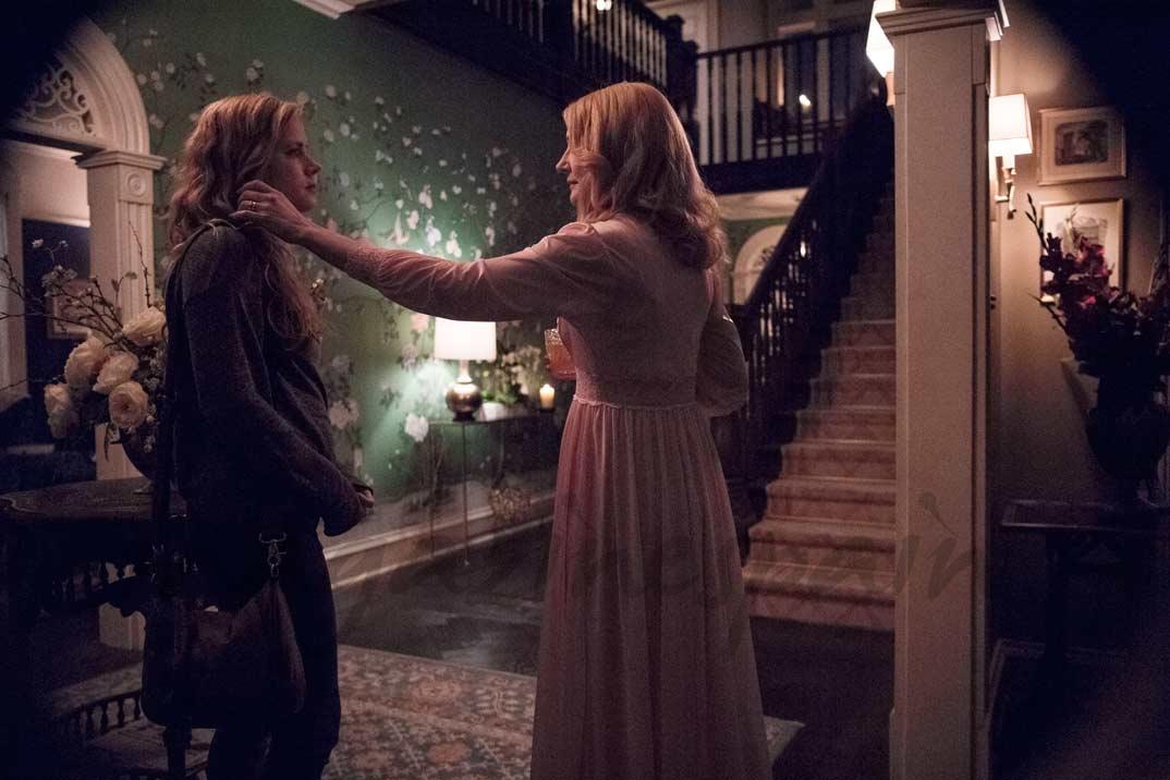 Emilia Clarke y Amy Adams - Heridas abiertas - © HBO