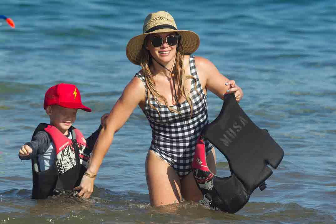 hilary duff en la playa con su hijo