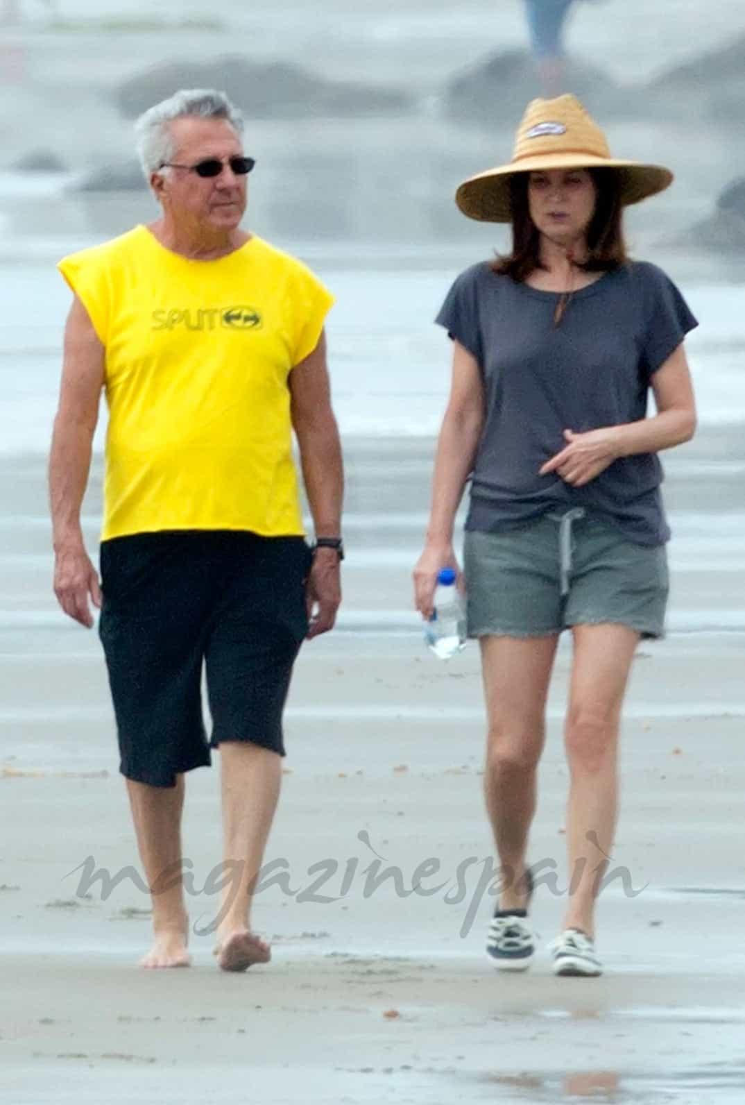 Dustin Hoffman con su esposa Lisa Gottsegen