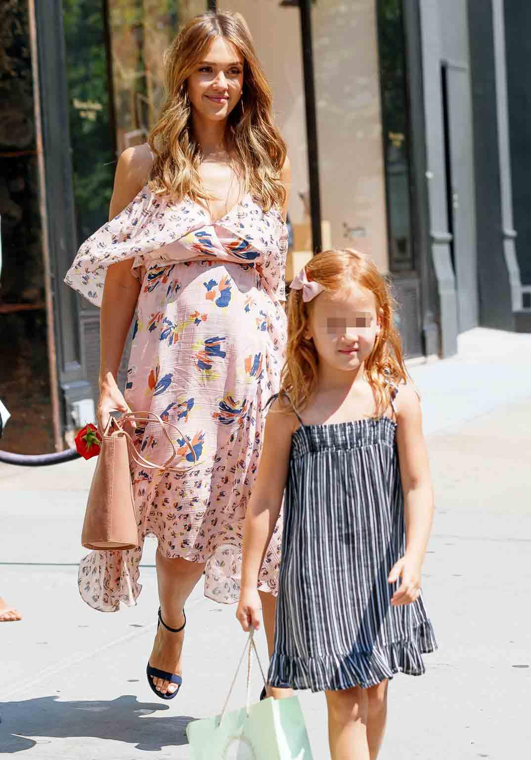 jessica alba feliz embarazada con su hija