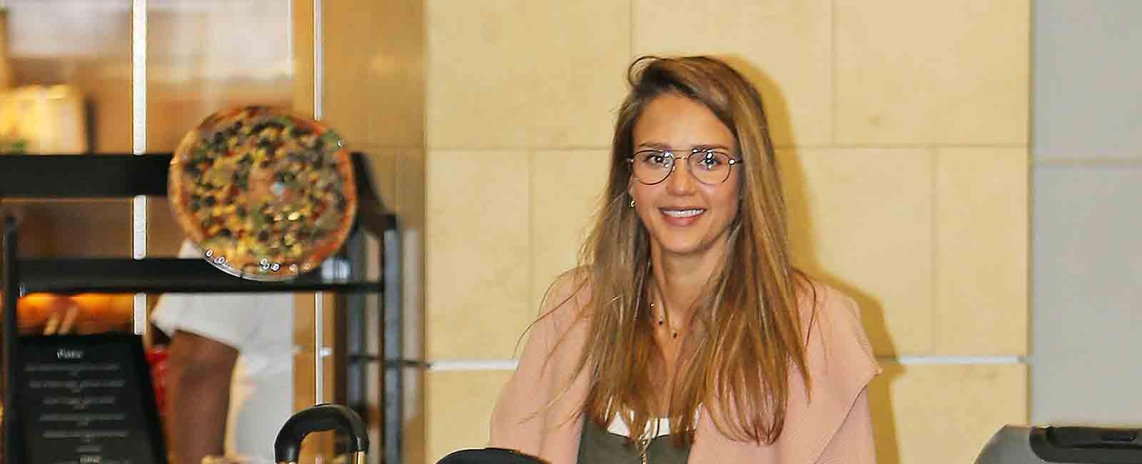 Jessica Alba regresa con sus hijas de vacaciones