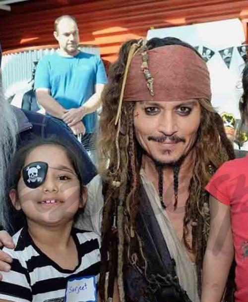 Johnny Depp se viste de Jack Sparrow para visitar un hospital infantil