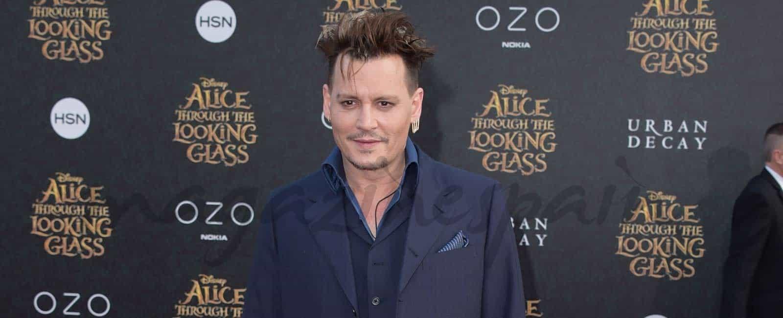 """Johnny Depp, con unos kilos de más, en el estreno de """"Alicia a travésdel espejo"""""""