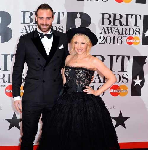 Kylie Minogue y Joshua Sasse pasean su amor