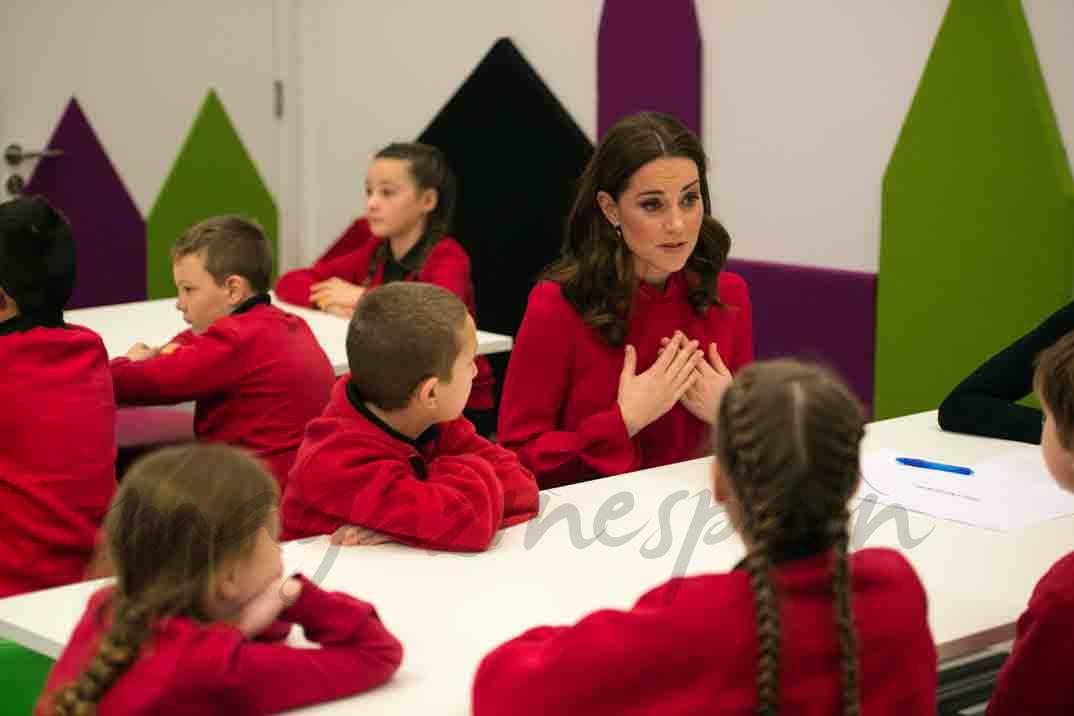 kate middleton con los niños en la escuela