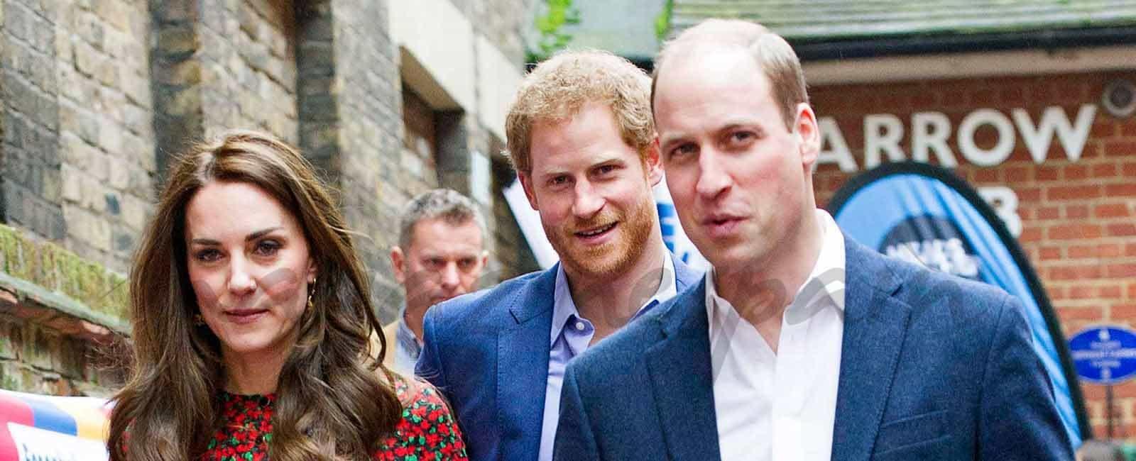 Kate, Guillermo y Harry de Inglaterra se reúnen con los voluntarios en Navidad