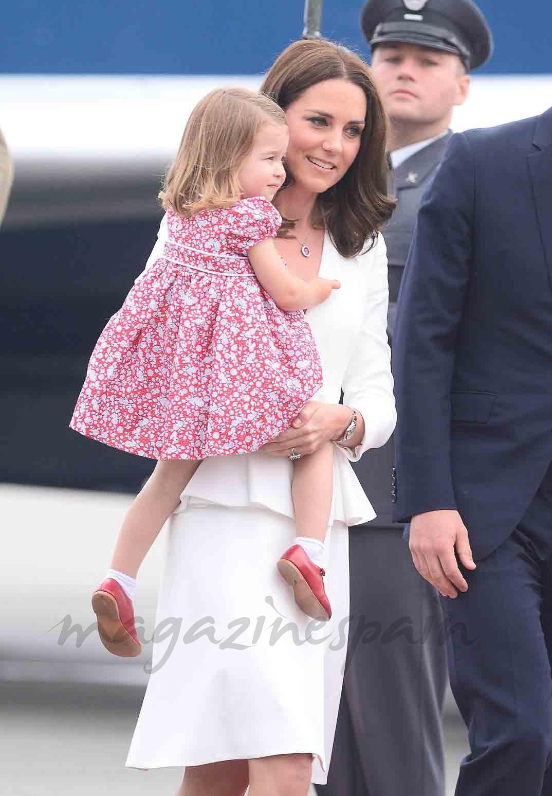 kate middleton y princesa charlotte en polonia