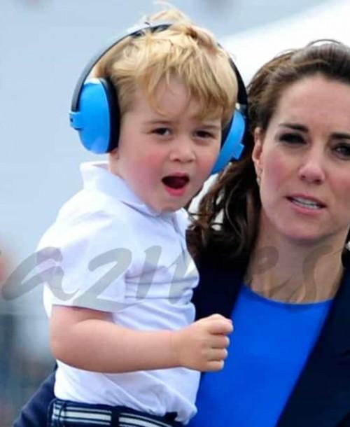 """Los Duques de Cambridge, llevan a """"pilotar"""" al pequeño George"""