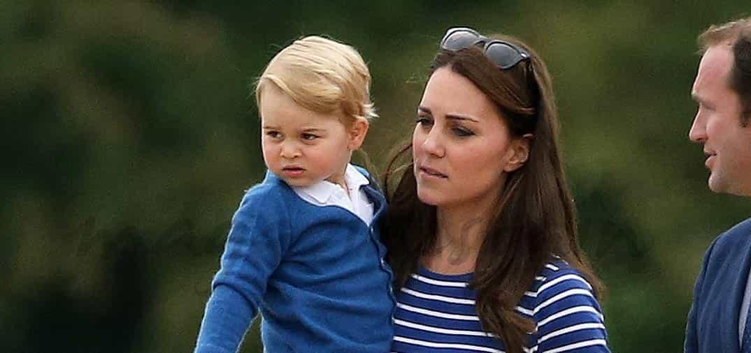 El príncipe Jorge se divierte con sus primas