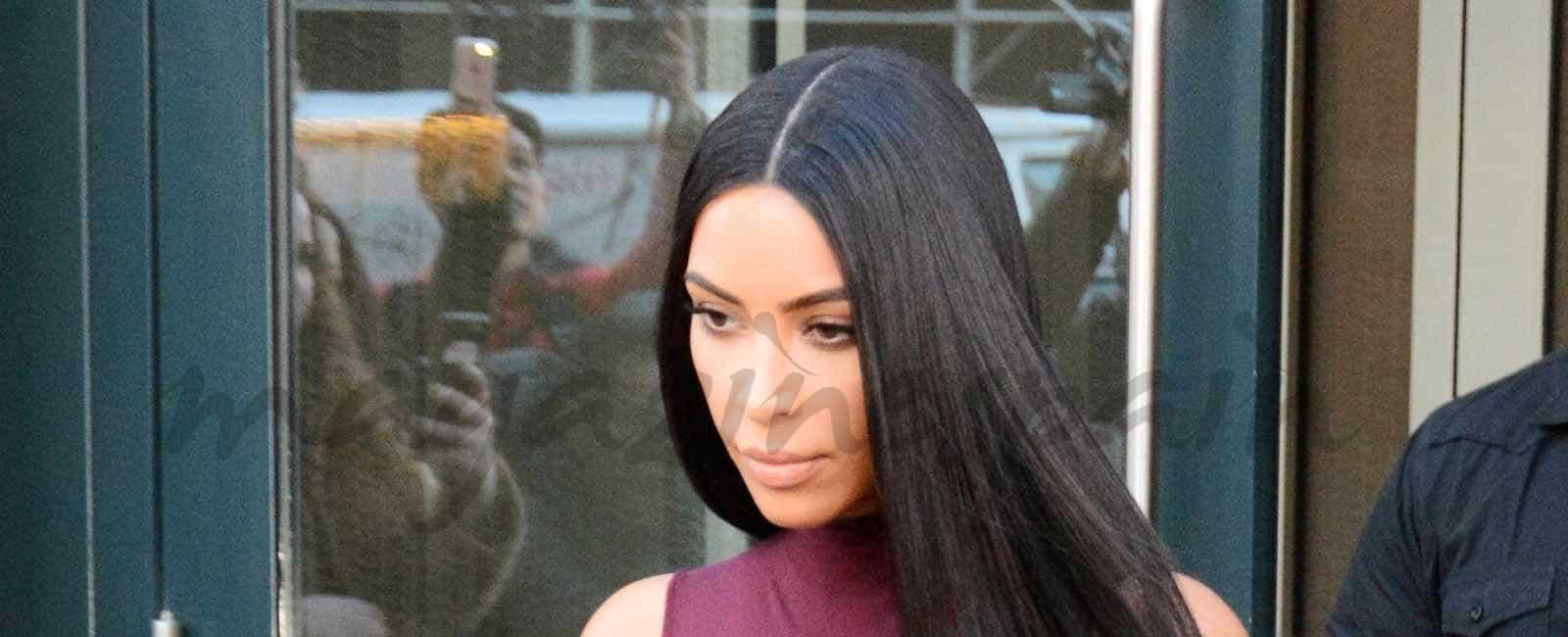 Kim Kardashian apuesta por el «burgundy»