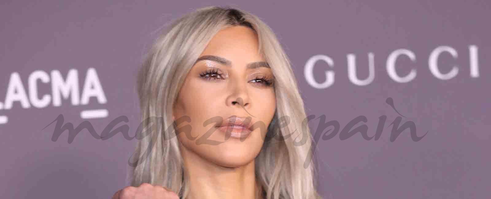 Kim Kardashian apuesta por la seriedad del smoking