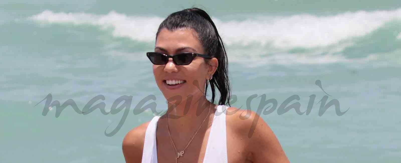 Kourtney Kardashian presume de hijo y de figura en la playa