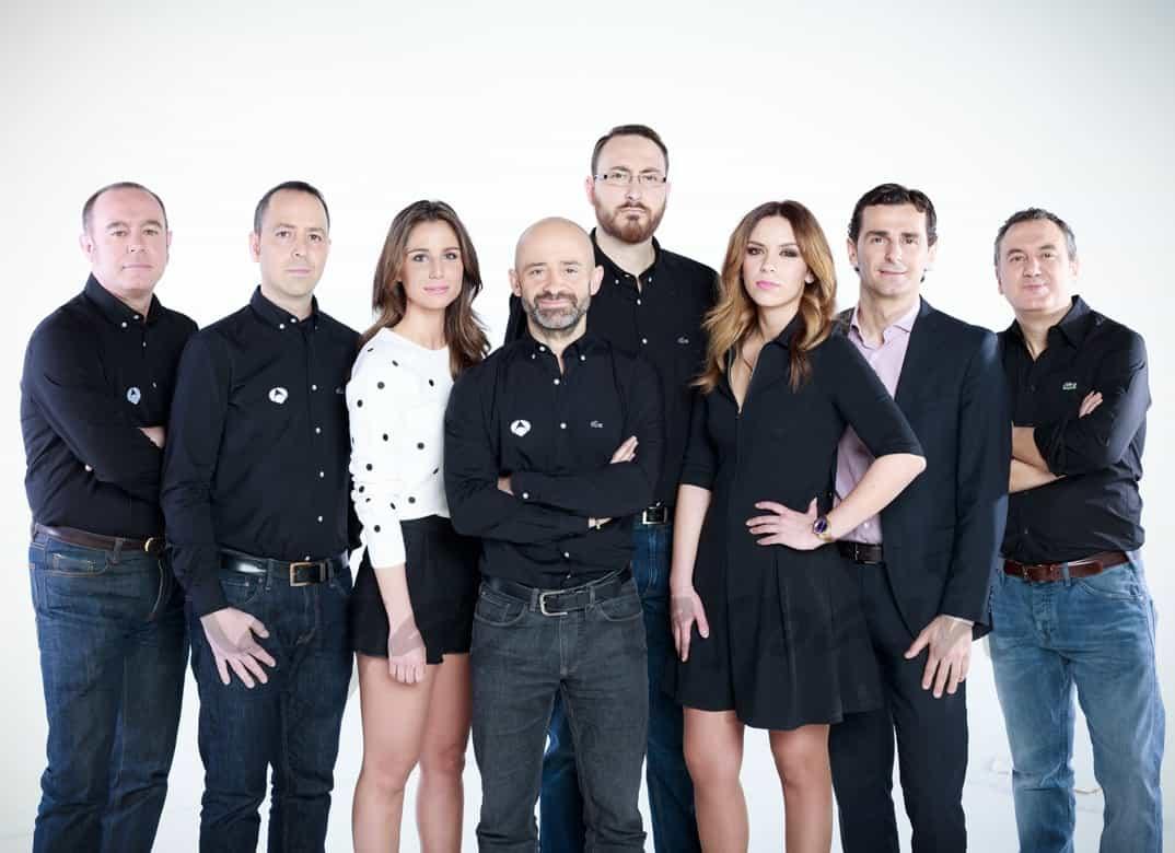 Lucía Villalón y Antonio Lobato con el equipo de Antena 3 de la Fórmula 1