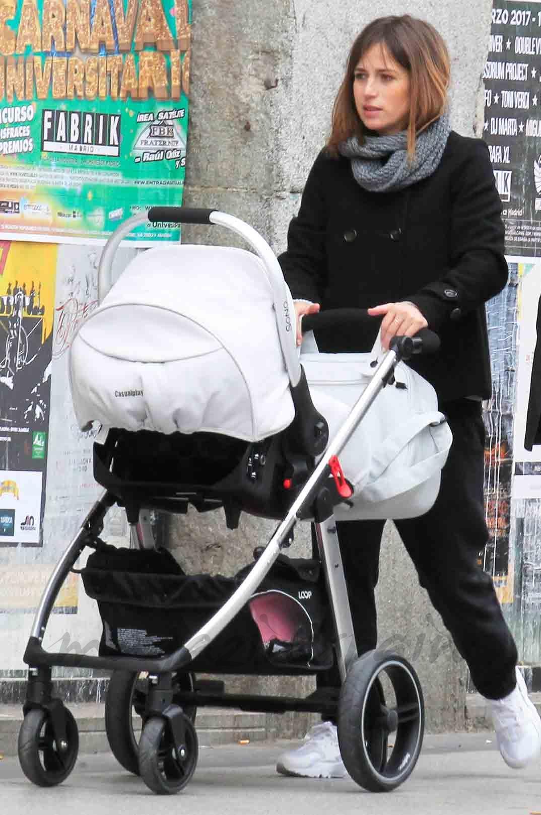 marta etura paseo con su hijo