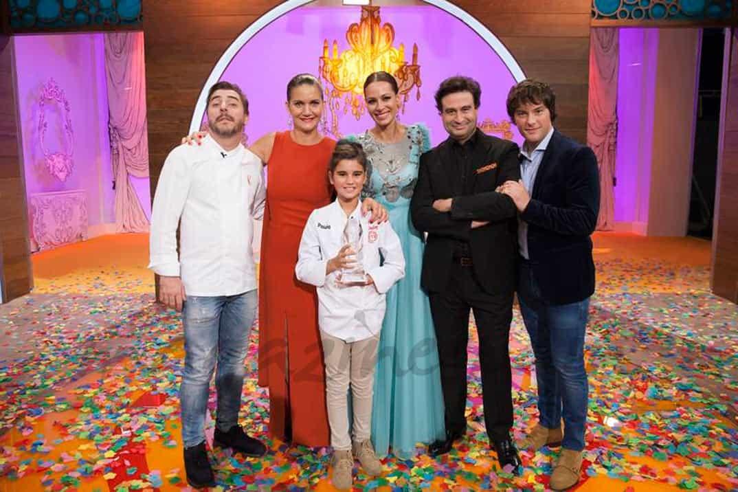 Jordi Roca, Samantha Vallejo-Nájera, Eva González, Pepe Rodríguez, Jordi Cruz con Paula, ganadora MasterChef Jr. 4 - © RTVE