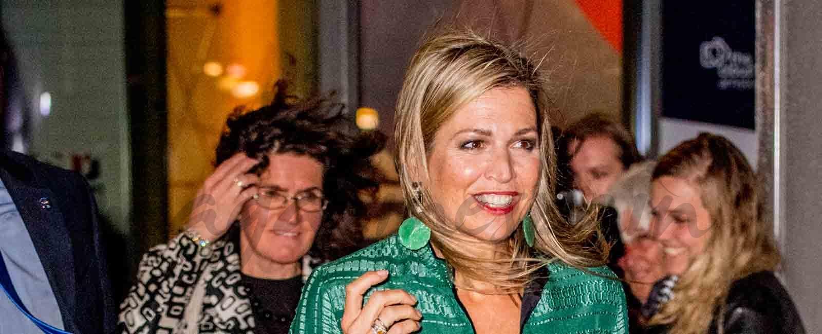 La reina Máxima de Holanda se quita los tacones