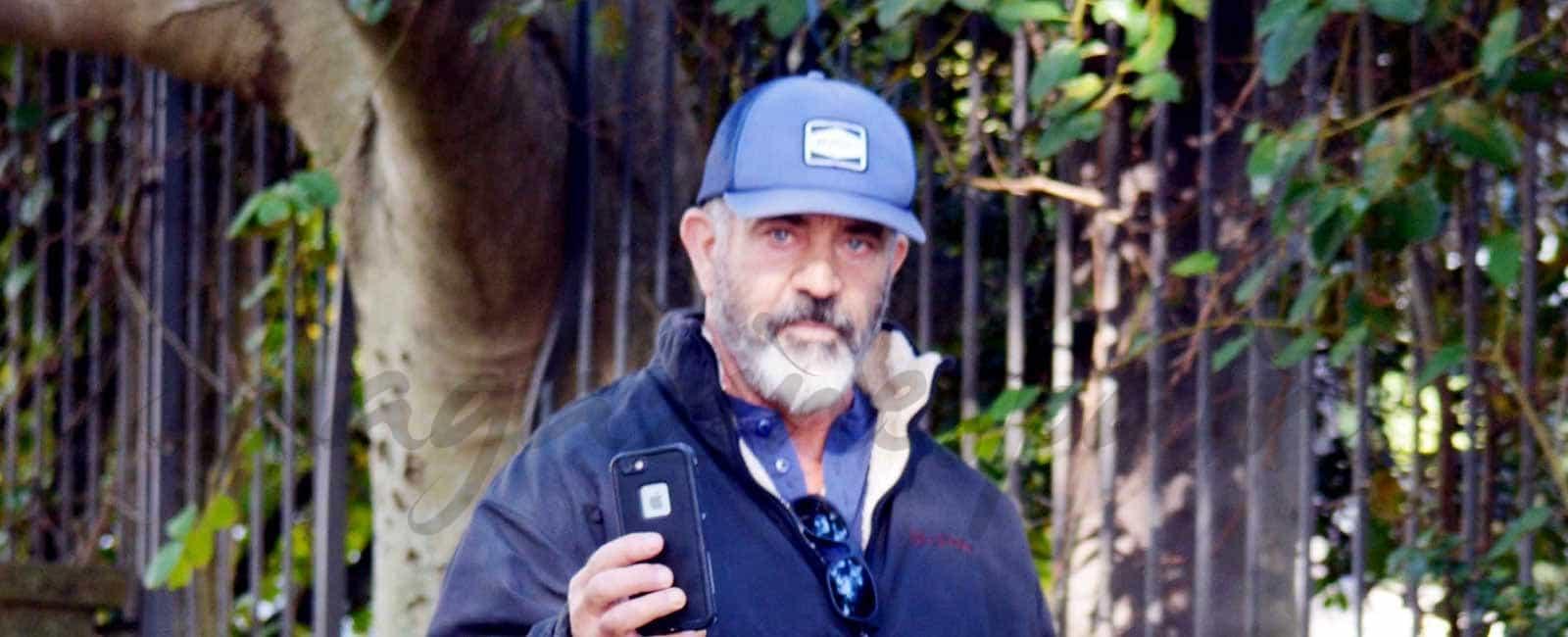 Mel Gibson visita con su joven novia, su tierra natal, Australia