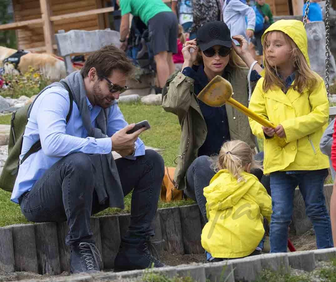 michelle hunziker y tomaso trussardi con sus hijos
