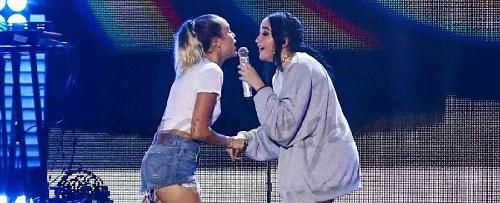 Miley Cyrus canta con su hermana Noah