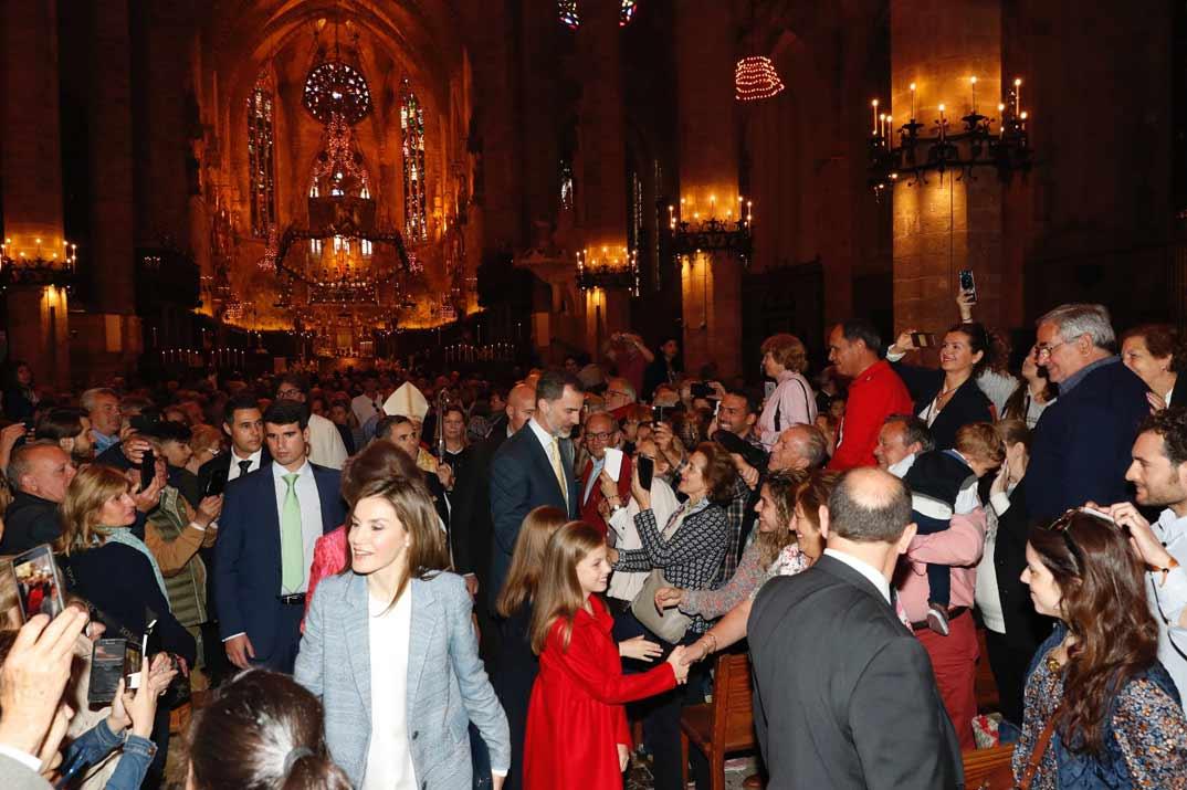 Los Reyes, sus hijas y la Reina Doña Sofía saludan al público asistente a la Misa del Domingo de Resurrección, en la Catedral de Mallorca, en Palma