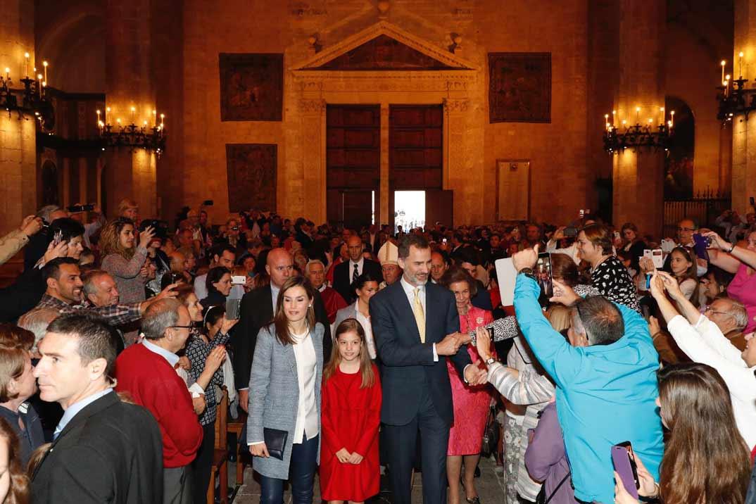 Los Reyes, sus hijas y la Reina Doña Sofía saludan al público asistente a la Misa del Domingo de Resurrección, en la Catedral de Mallorca, en Palma © Casa S.M. El Rey