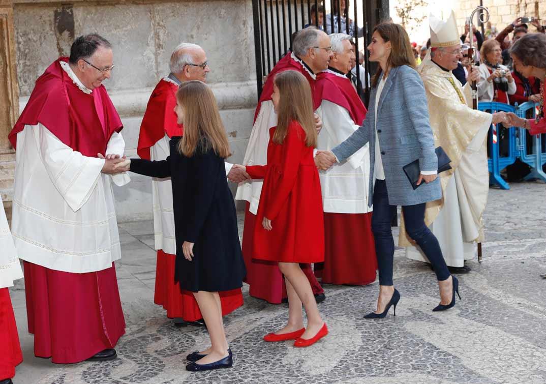 Su Majestad la Reina, junto con sus hijas y Doña Sofía, reciben el saludo de los miembros del cabildo catedralicio y acólitos, antes de acceder a la Catedral de Mallorca, en Palma © Casa S.M. El Rey