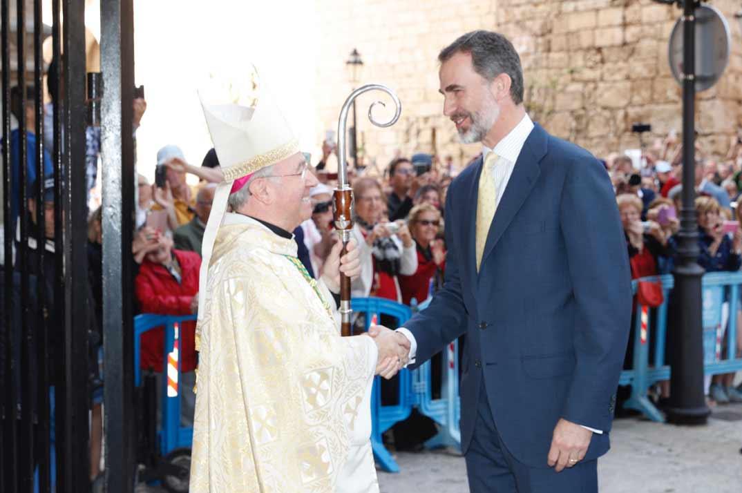 Don Felipe recibe el saludo del obispo auxiliar de Barcelona y administrador apostólico de Mallorca, Sebastià Taltavull Anglada © Casa S.M. El Rey