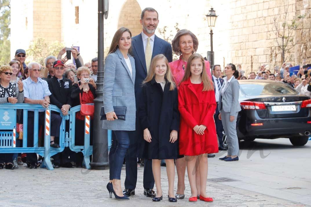Sus Majestades los Reyes, acompañados de sus hijas, Su Alteza Real la Princesa de Asturias y Su Alteza Real la Infanta Doña Sofía, así como por Su Majestad la Reina Doña Sofía, en Palma, momentos antes de acceder a la Catedral de Mallorca © Casa de S.M. el Rey