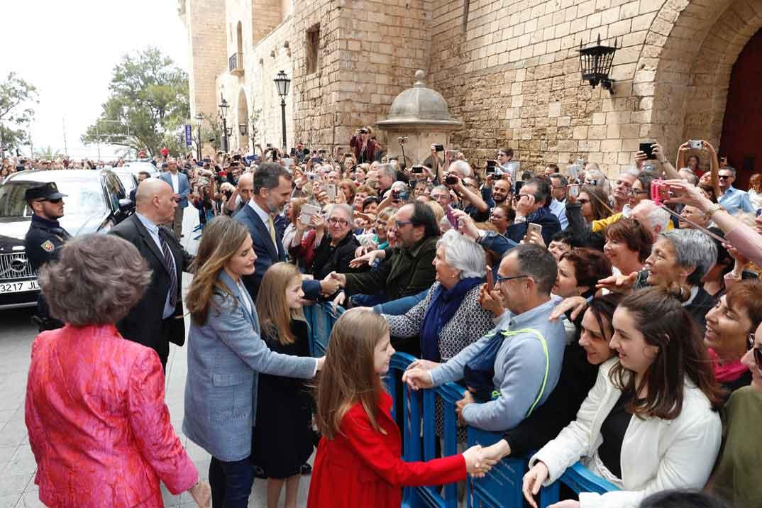 Los Reyes, sus hijas y la Reina Doña Sofía saludan al público congregado en el exterior de la Catedral de Mallorca, en Palma, al finalizar la Misa © Casa S.M. El Rey