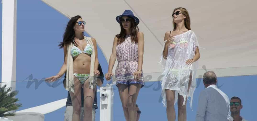 Desiré Cordero, baño con sus amigas en Ibiza