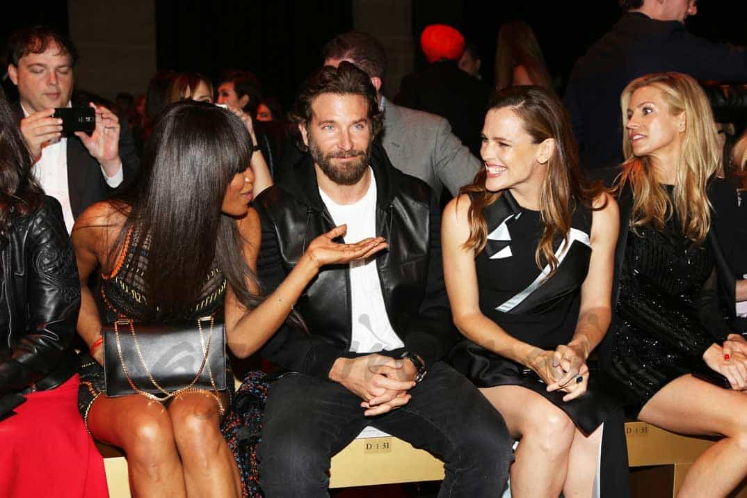 naomi campbell bradley cooper y jennifer garner en paris kashion week