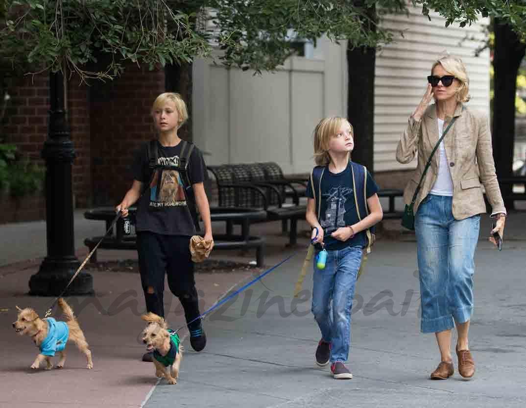naomi watts con sus hijos