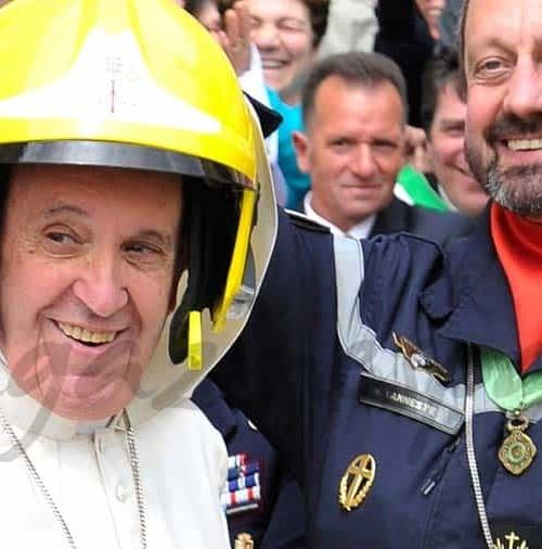 El papa Francisco, bombero