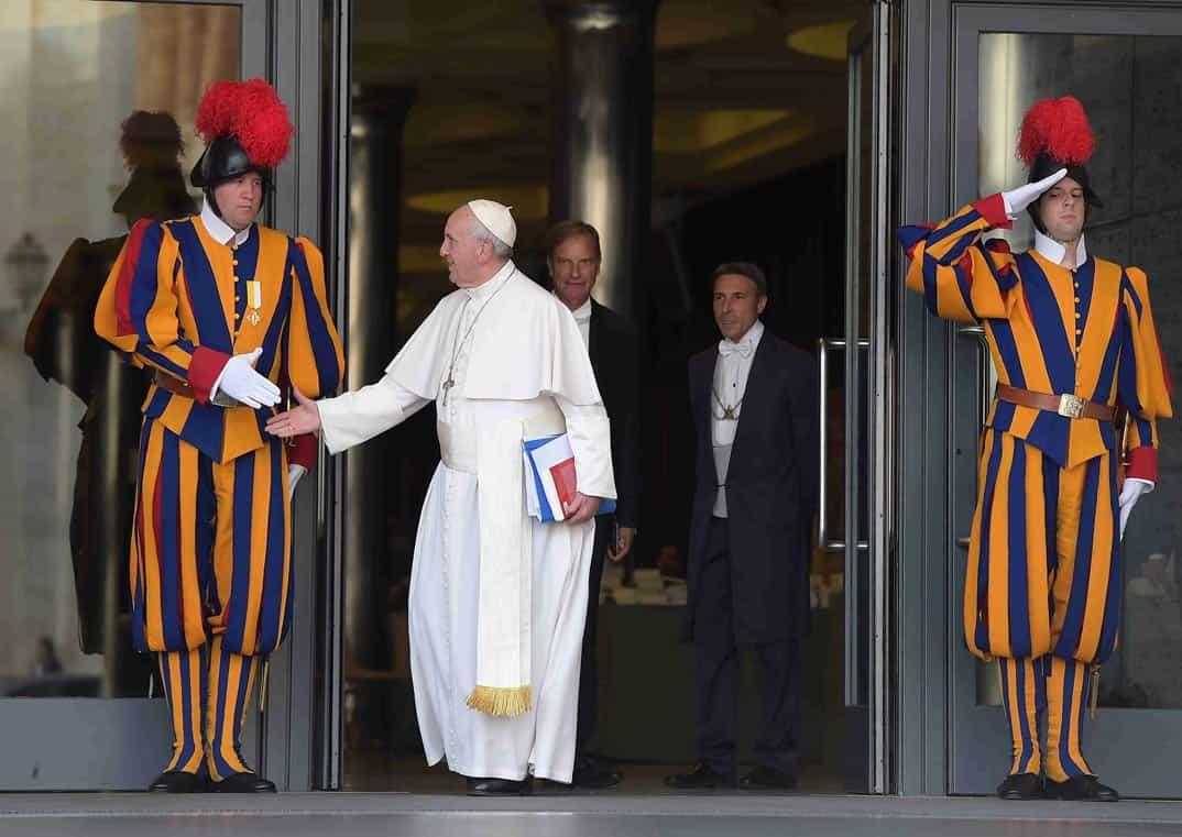 Requisitos Para Casarse En Noruega: El Papa Francisco Con Su Guardia Suiza